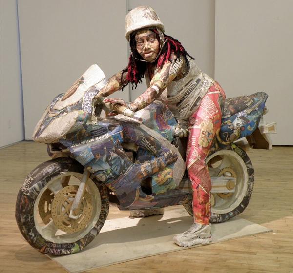 esculturas de periódicos reciclados
