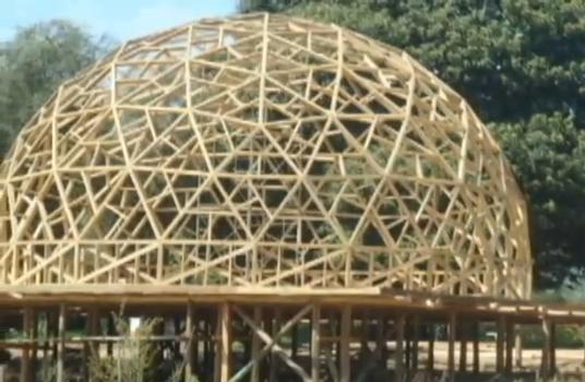 estructrua de madera de un domo geodésico