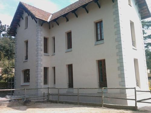 Casa Martínez-Vallromanes, fachada mixta, piedra aburrajada y mortero de cal