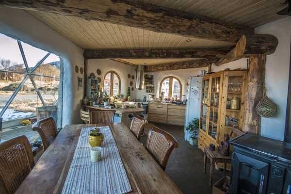 casa domo solar de madera, paja, vidrio, aluminio y arcilla