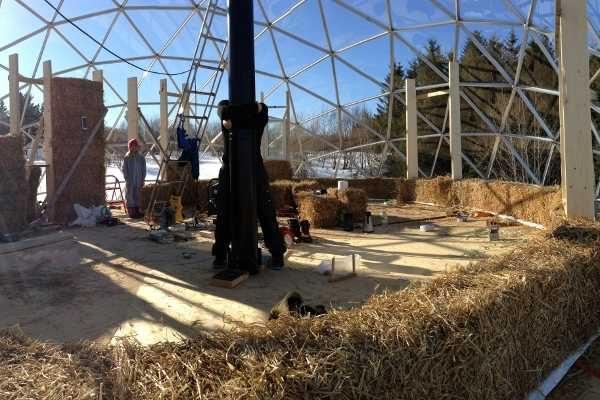 casa domo solar de madera, aluminio, cristal y paja