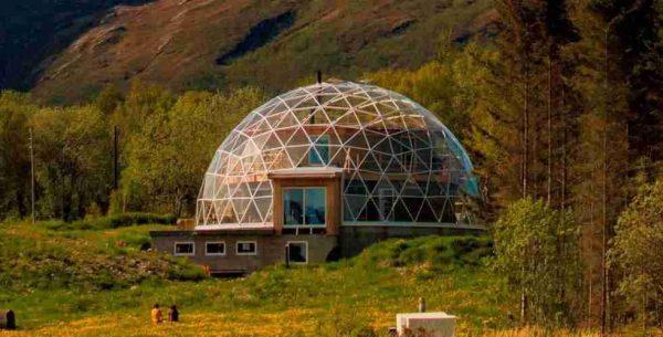 casa domo solar construida con materiales natuales