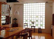 bloques de vidrio integrados en la cocina de casa