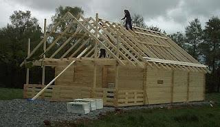 Casa de estructura de madera el techo for Tejados de madera a cuatro aguas