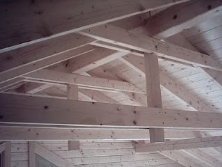 Casa de estructura de madera el techo for Tejado madera 2 aguas